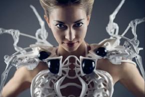 Une robe araignée qui défend l'espace intime de celle qui la porte