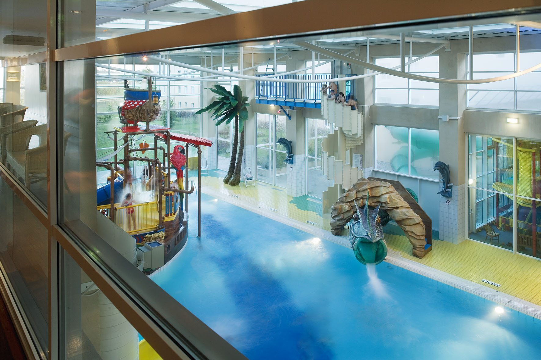 Fun algonquin explorers hotel disneyland paris back for Piscine disneyland hotel