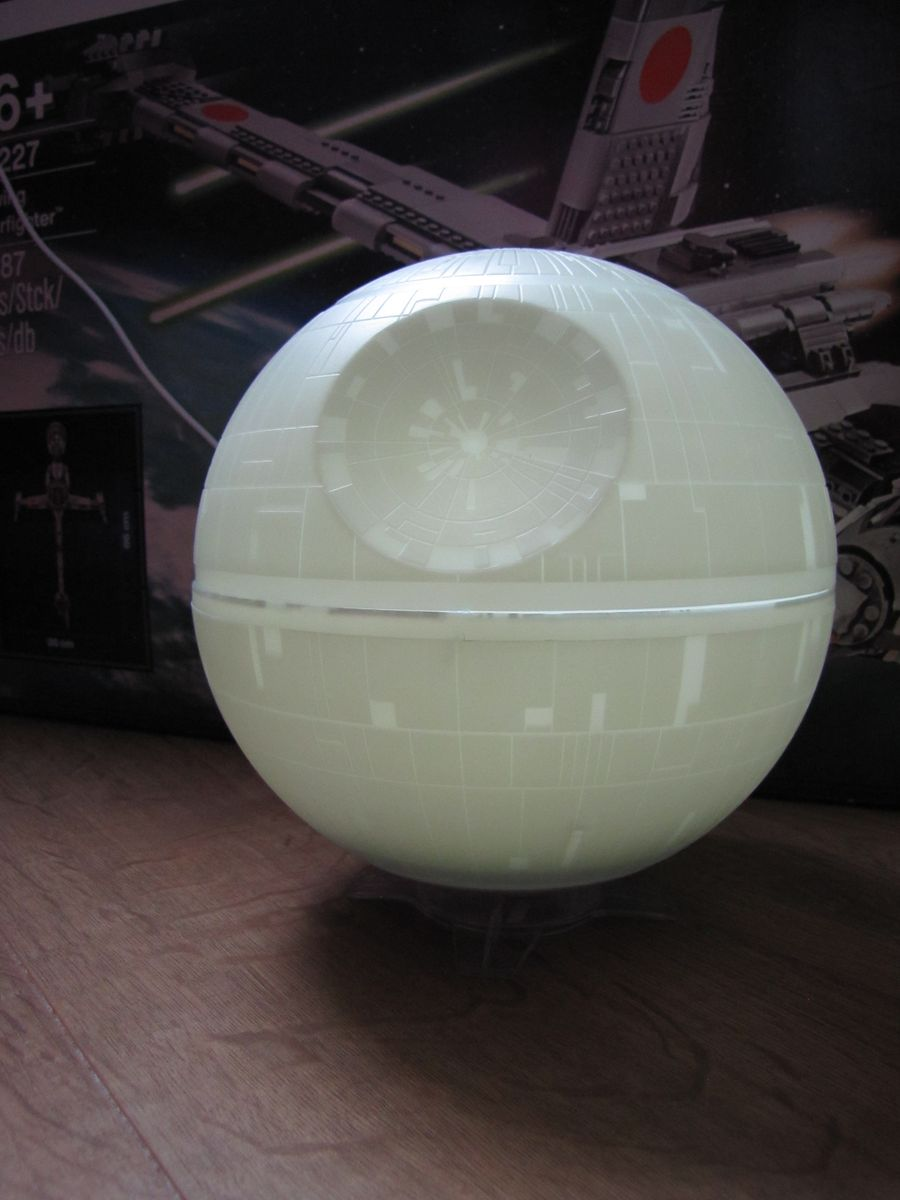 Lampe ambiance star wars etoile de la mort notre test en lumi re back to the geek - Lampe de bureau star wars ...