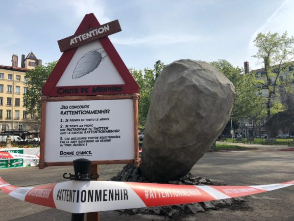 Menhir-signalétique-parc-asterix-attention-menhir-obelix-concours-1
